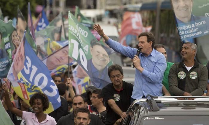 Crivella discursa em carro de som durante campanha eleitoral para a prefeitura do Rio de Janeiro